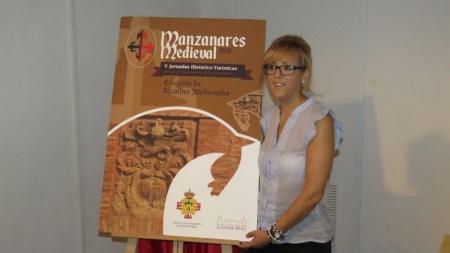 Silvia Cebrián, concejala de Cultura, junto al cartel anunciador de las V Jornadas Medievales de Manzanares