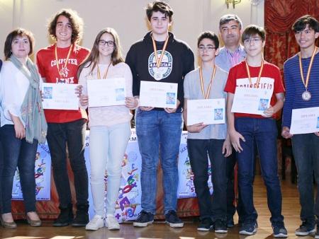 Marta Gijón, alumna del IES Azuer con el resto de galardonados que participarán en la Olimpiada Nacional