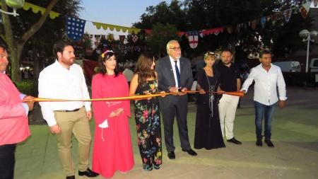 El alcalde, Julián Nieva, junto a Prado Zúñiga y Silvia Cebrián en la inauguración del Mercadillo Medieval y Calatravo