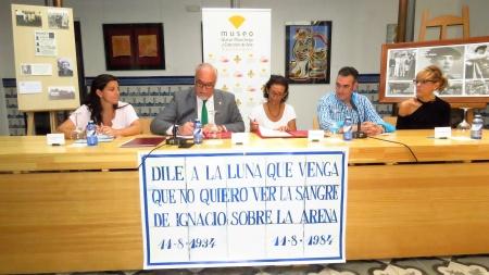 Momento de la firma del convenio de cesión con la familia de Sánchez Mejías