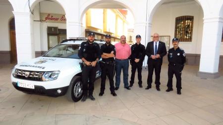 Nieva y Ramírez junto a los agentes con los chalecos antibala y al nuevo vehículo