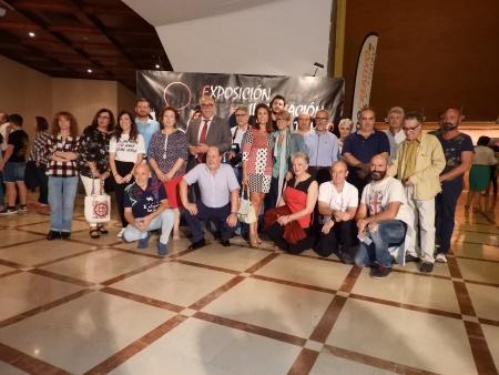 El alcalde, Julián Nieva, la concejal de cultura, Silvia Cebrián, la presidenta de la Asociación Ana María Romero junto a los fotógrafos participantes