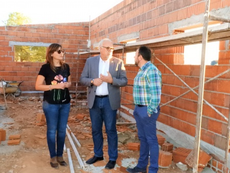 El alcalde y los concejales Isabel Díaz-Benito y Juan López de Pablo durante la visita a las obras del refugio de gatos