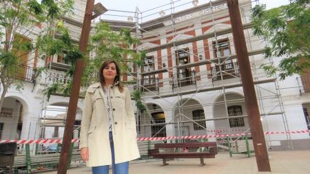 La concejala de Obras, Isabel Díaz-Benito, ante la fachada del Ayuntamiento