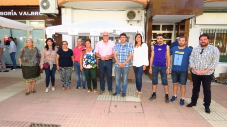 Miembros de la corporación junto a representantes de la AAVV Nuevo Manzanares