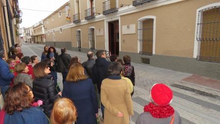 Explicación en el exterior de la Casa de los Merino donde pernoctó Santa Teresa de Jesús