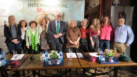 Autoridades y personal del Centro de la Mujer con las ponentes en la mesa
