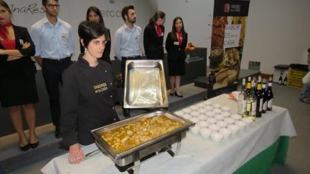 Mayte Jiménez con uno de los platos de esta actividad