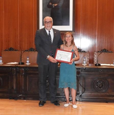 Julián Nieva entrega la placa de reconocimiento a la homenajeada