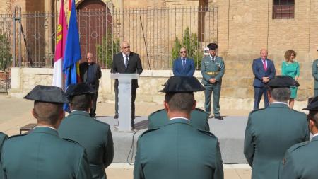 Discurso del alcalde ante la Guardia Civil en la plaza de la Constitución