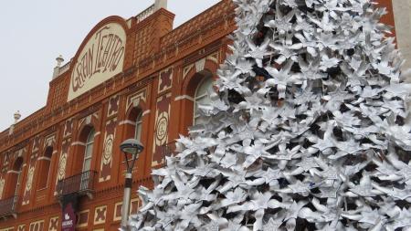 El árbol decorado con copos reciclados adorna la plaza del Gran Teatro