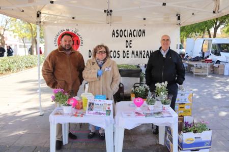 El concejal de Sanidad visitó la mesa informativa de Adima en el mercadillo