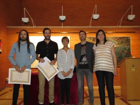 Entrega de diplomas a los autores de la obra premiada