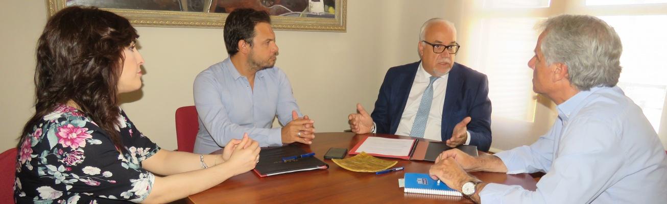 Reunión del alcalde y la concejala de Desarrollo Empresarial con miembros de Aempoman