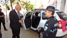 El jefe de la Policía Local muestra el nuevo vehículo al alcalde