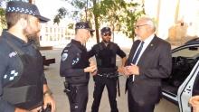 Los agentes, con los chalecos antibala, explican las características de éstos al alcalde