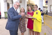 Tras la función religiosa, el alcalde degustó las migas en la plaza de la Constitución
