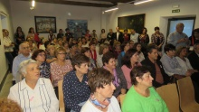 Numeroso público en la presentación y posterior charla de la AECC