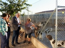 Con Rosario Garrido, de Carea, visitando las instalaciones para los perros