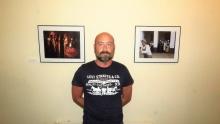 Gustavo Fernández-Arroyo ante sus fotografías