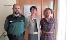 El Teniente de la Guardia Civil junto a Asunción Reyes y Beatriz Labián
