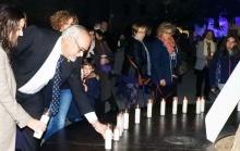 El alcalde colocando una de las velas en recuerdo a las víctimas