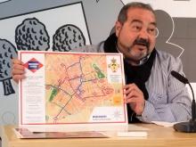 Miguel Ramírez mostrando el mapa del programa 'Manzanares paso a paso'