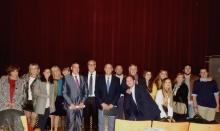 Julián Nieva y miembros de la Corporación con responsables de la peña y familiares de Tomás Sánchez-Gil