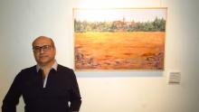 Eloy Vivas junto a su obra