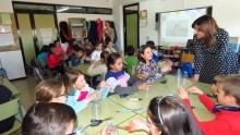 Los niños y niñas hablan del taller con la concejala de Medio Ambiente
