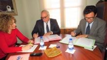 Rúbrica del convenio de 30.000 euros para reformar el laboratorio de química del IES Sotomayor