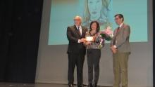 Encarnación González-Calero también recibió un reconocimiento de su empresa que le entregó el alcalde