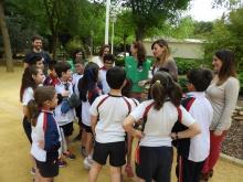 Los menores preguntan sobre los cuidados del parque a la concejala