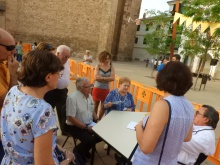 Recreación en la que el medico comunica a los familiares que el paciente sufre Alzheimer