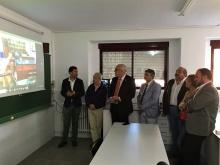 El director del centro enseña imágenes del estado anterior del laboratorio