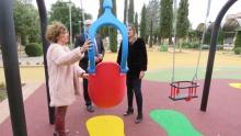 Beatriz Labián muestra el mecanismo de seguridad del columpio adaptado