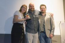 Teresa Bellón y César F. Calvillo recogiendo el Premio Manchego