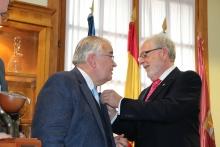 González Rivas recibió de Manuel Labián la insignia de Tertulia XV