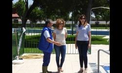 Beatriz Labián e Isabel Díaz-Benito en la visita a las obras de la piscina municipal