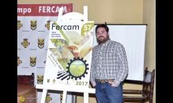 Pablo Camacho junto al cartel anunciador de Fercam 2017
