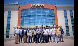 Alumnos, profesores y miembros de Indra en su centro de Ciudad Real