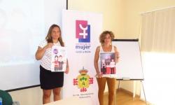 Ángeles Morales, coordinadora del Centro de la Mujer, y Beatriz Labián, durante la presentación de la campaña