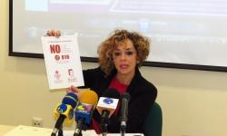 Beatriz Labián muestra la inscripción de las 80.000 servilletas