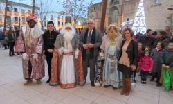 Recepción a los Reyes Magos en la puerta del Ayuntamiento