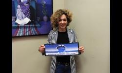 Beatriz Labián muestra la cartelería de concienciación de la campaña