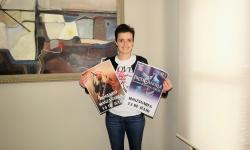 Esther Nieto posa con los carteles de los conciertos