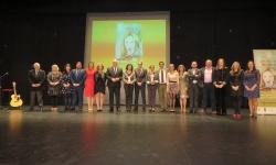 Foto conjunta de autoridades y personas galardonadas