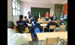 La concejala y personal del Centro de la Juventud presentan el Carné VIP