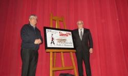 Secundino Martínez y Julián Nieva desvelaron la cerámica con la distinción de 'Sembrador' al pueblo de Manzanares