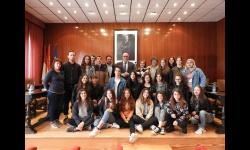 Alumnado de intercambio junto a autoridades municipales y representantes de los centros educativos
